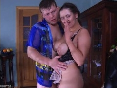 Русская мать пришла к сыну в эротическом белье и развела его на секс