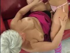 Лесби-мать трахает дочь искусственным членом