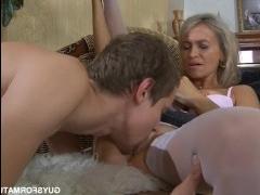 Русская блондинка пососала парню и заслужила еблю