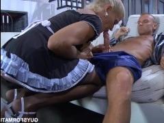 Трахает в попу мужчина блондинку и кончает ей внутрь