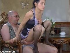 Молодая служанка согласилась на секс с лысым мужиком