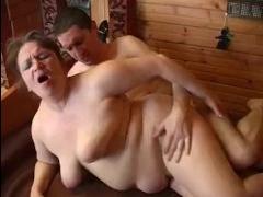 Мать учит сына трахаться на даче