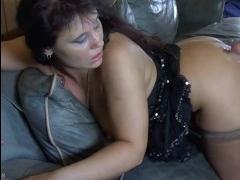 Зрелая русская шлюха трахается в очко на диване